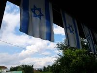 לתפארת מדינת ישראל, השמיים הבליחו בינות לחשרות...