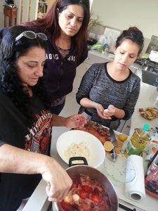 הבנות מכינות קובה סלק